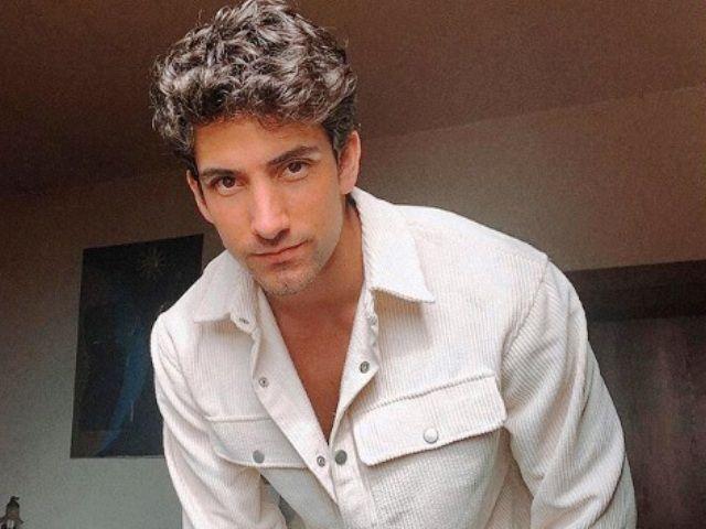 Una foto di Javier Rojas con camicia addosso