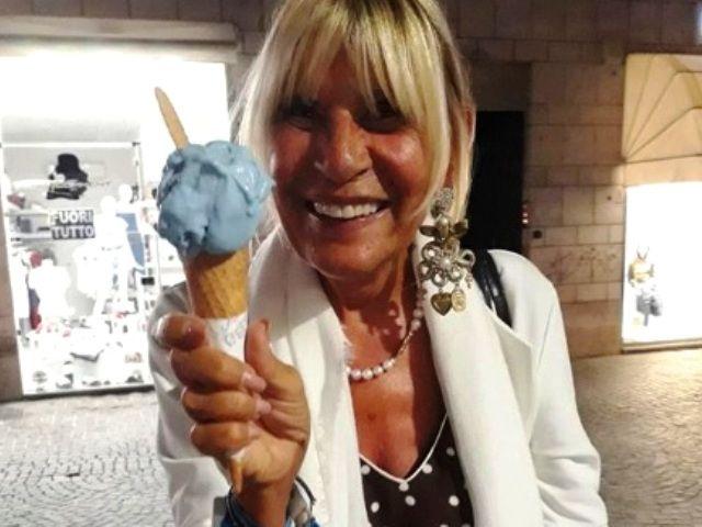 Foto di Gemma Galgani con un gelato in mano