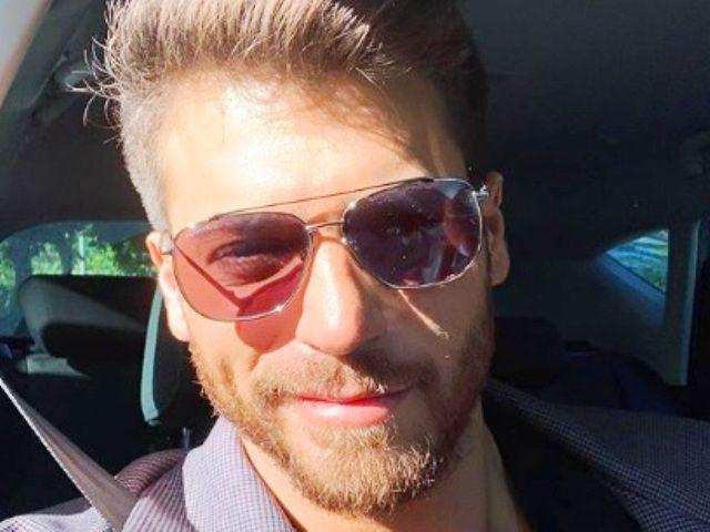 Una foto di primo piano di Can Yaman con occhiali da sole