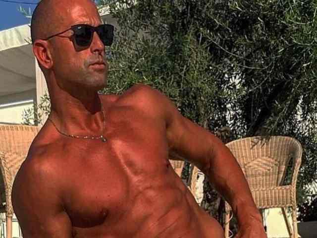 Stefano Bettarini corpo al mare